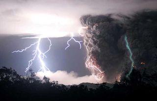 Lightning-volcano2